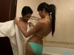 Take a bath with this skilful ladyboy